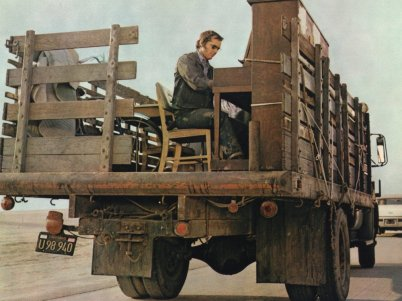five-easy-pieces-1970-003-jack-nicholson-playing-the-piano-at-the-back-of-track-bfi-00o-5le